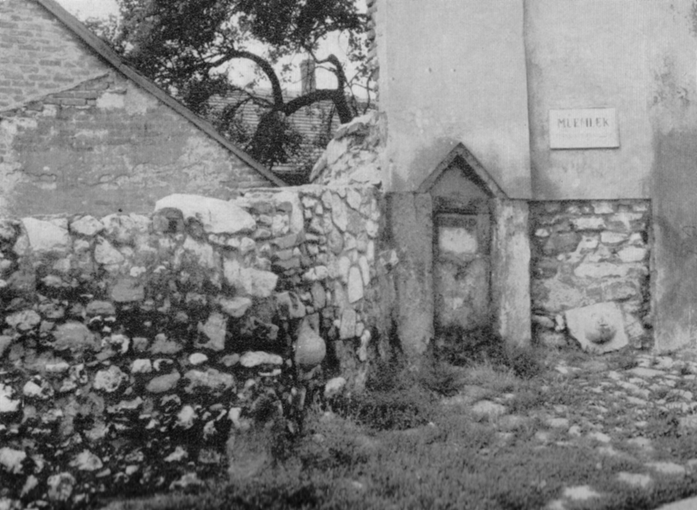 1966 Vak Bottyán utca 23. Sandervár török csorgókút (két befalazott ágyúgolyóval).jpg