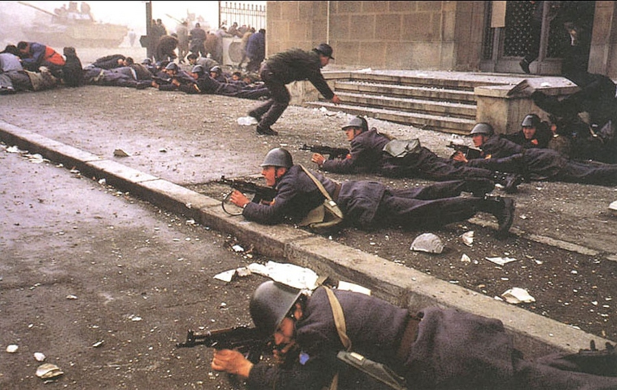 fighting-romanian-revolution-revolutia-romana-1989-romanian-men-army[1].jpg
