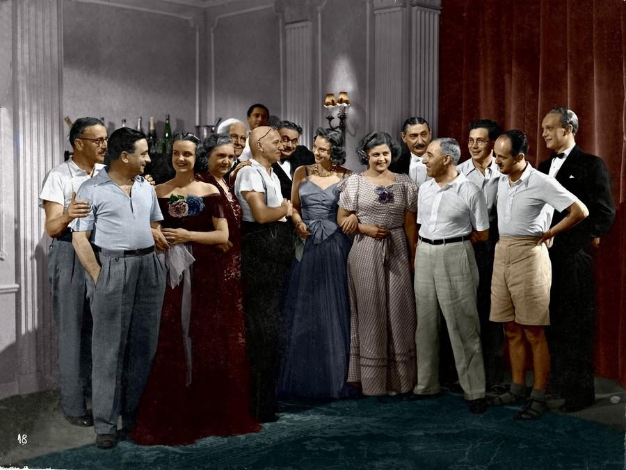 1938. Azúrexpressz című film alkotógárdája. Igazi sztárparádé. Balról a harmadik Tolnay Klári, kék ruhában középtájt Szeleczky Zita, mellette pöttyösben Fónay Márta. A jobb szélen a pályakezdő Básti Lajos..jpg