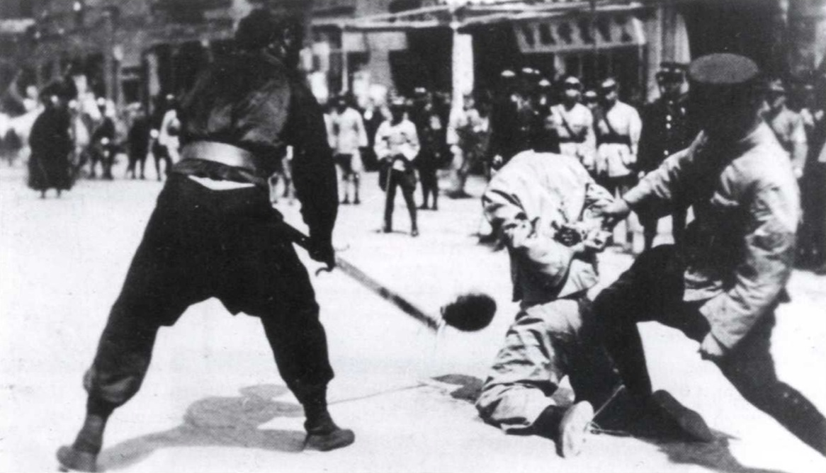 1927. A sanghaji mészárlás alatt Kuomintang katonák kommunistákat fejeznek le..jpg