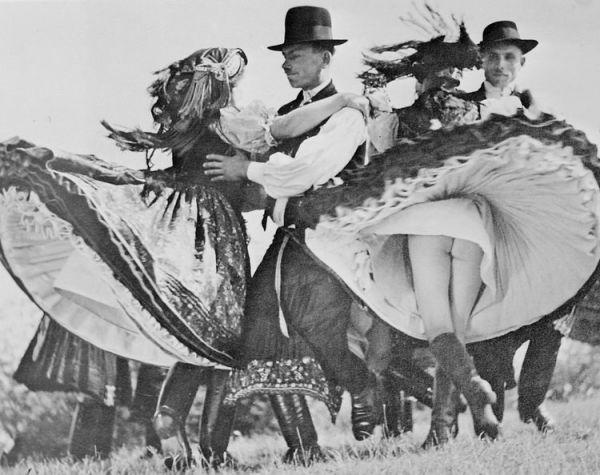 1938. Magyar néptáncbemutató Antwerpenben, Belgium. Ezek a magyar lányok....jpg