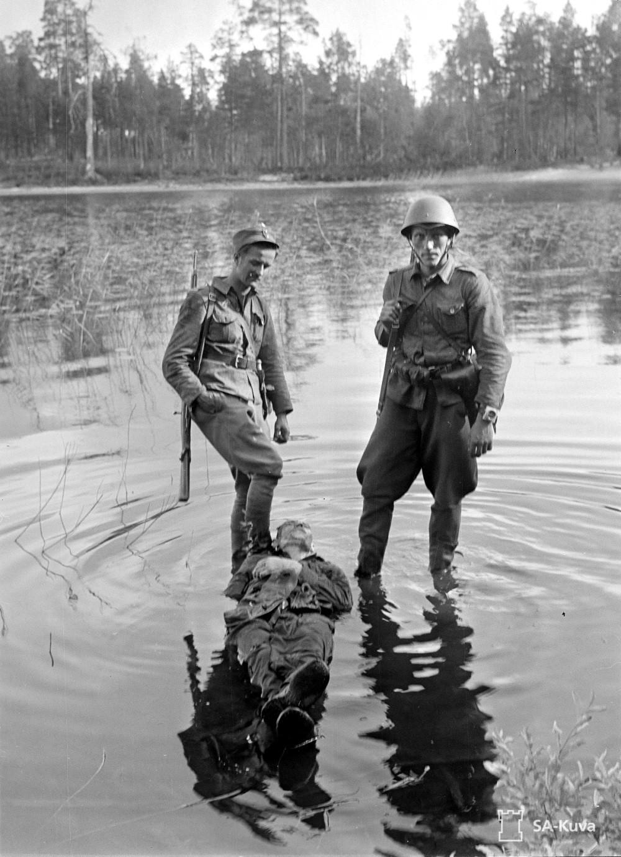 1941. Finn katonák Paanajärvi-tónál halott szovjet katona teteme fölött a Finn-Szovjet háborúban..jpg