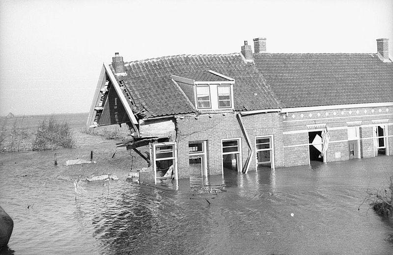800px-Watersnoodramp_1953_-_Zwaar_beschadigd_huis[1].jpg