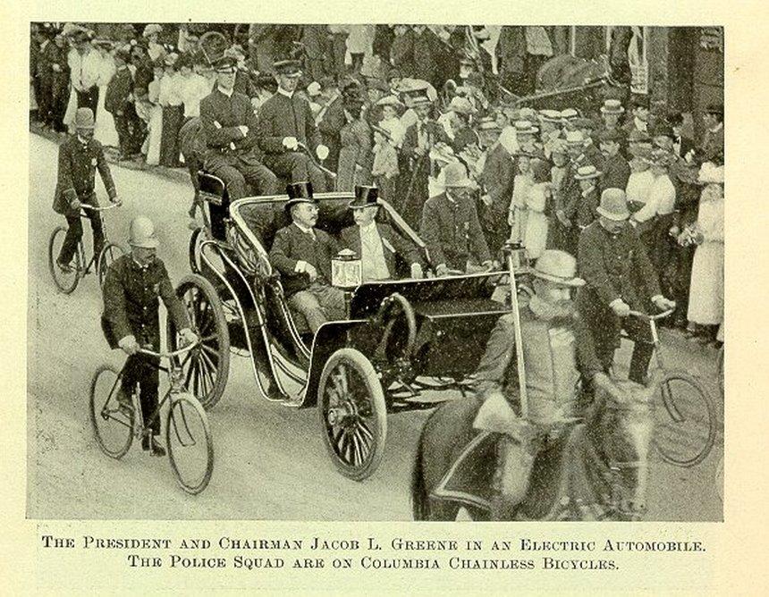1902. Roosevelt első nyilvános autós menete. Elektromos a jármű! Érdemes megfigyelni a lánc nélküli rudazatos bicikliket a kíséretben..jpg
