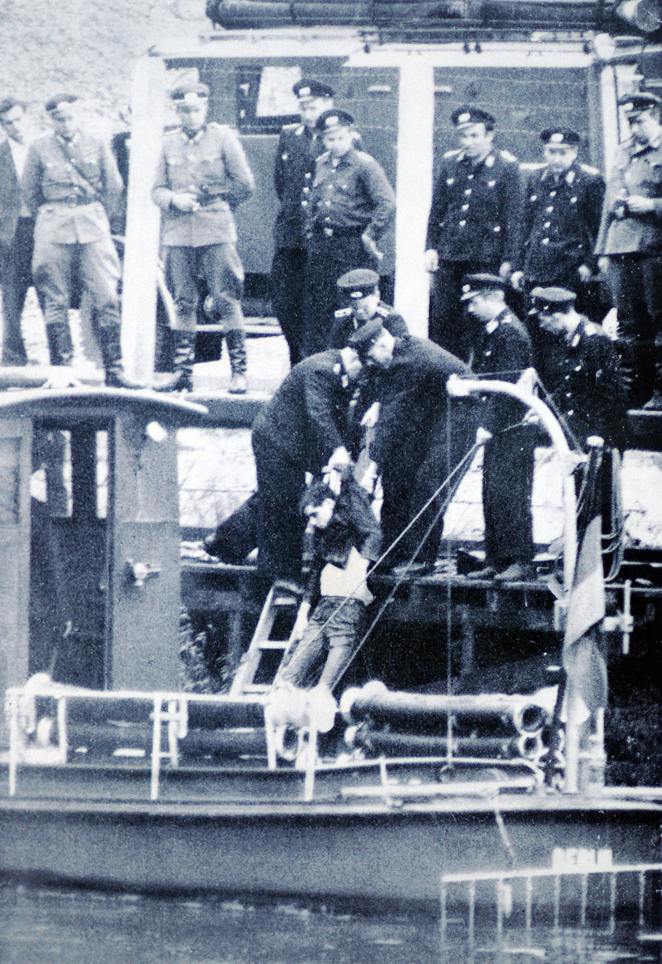 1961. aug 24. Bergung des erschossenen G+-nter Litfin aus dem Becken des Humboldthafens2.jpg