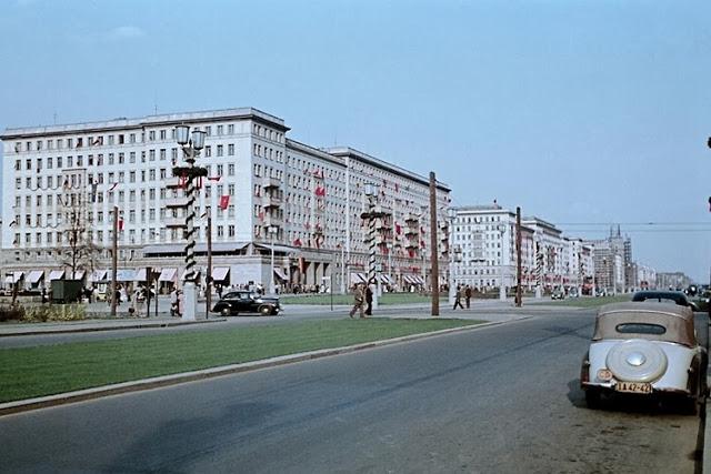 1955. Berlin, Felkészülve május elsejére a Sztálin (később Karl-Marx) úton..jpg