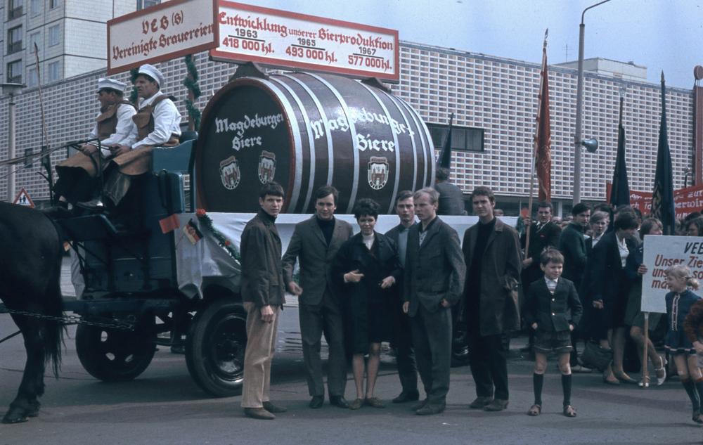 1967. Magdeburgi május elseje. Sörfőzde felvonulása..jpg
