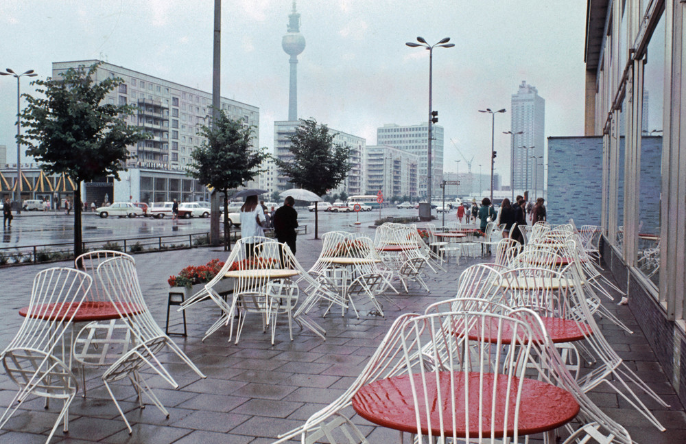 1968. Berlin, Karl-Marx Alle, Mokka-Milch-Eisbar.jpg