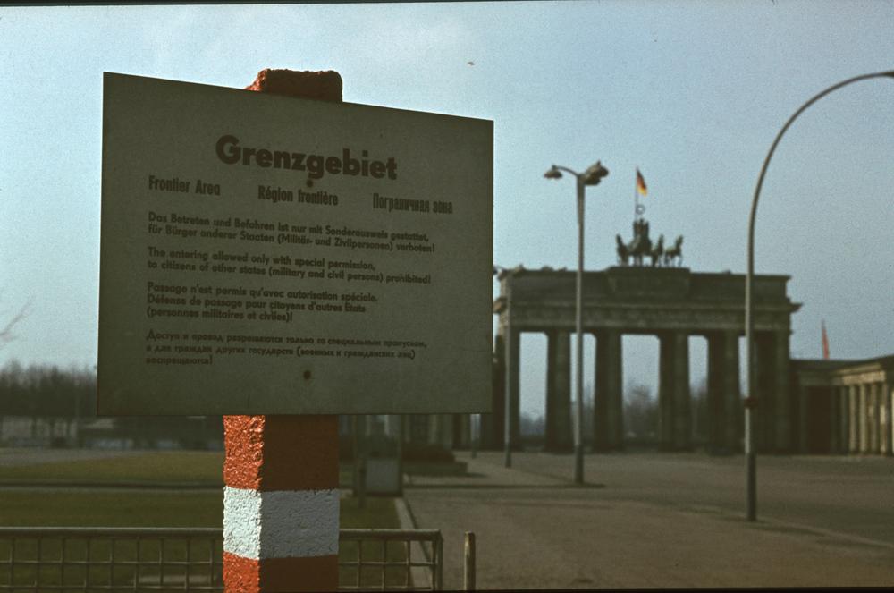 1968. Branderburgi kapu, Kelet-Berlin felől. A két Berlin és a két világ határa..jpg