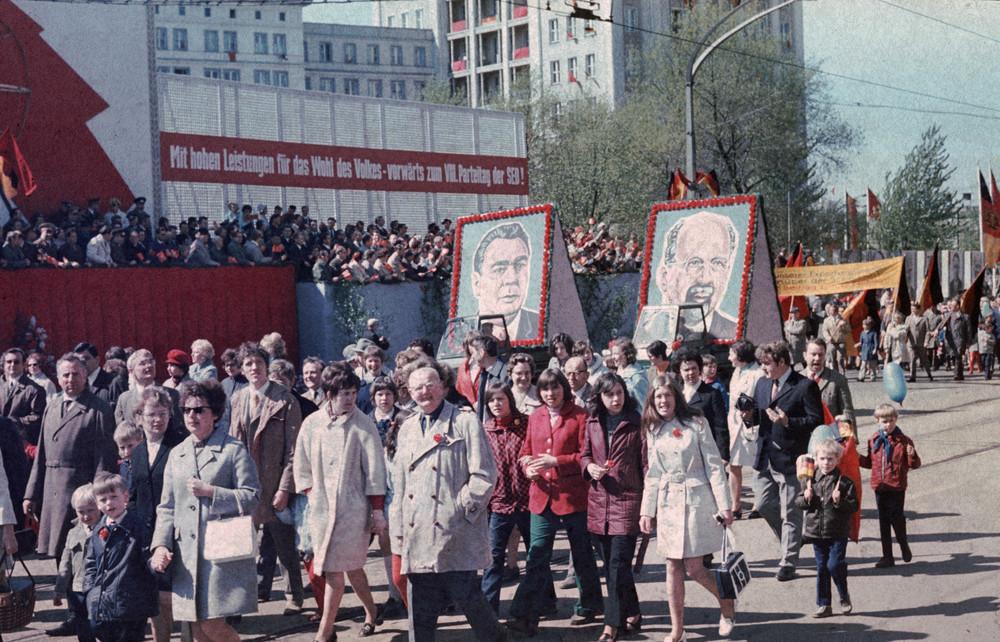 1971. Magdeburg. Május 1. Ulbricht a képen, akit a mellette ábrázolt Brezsnyev utasítására a 8. pártkongresszusra leváltottak..jpg