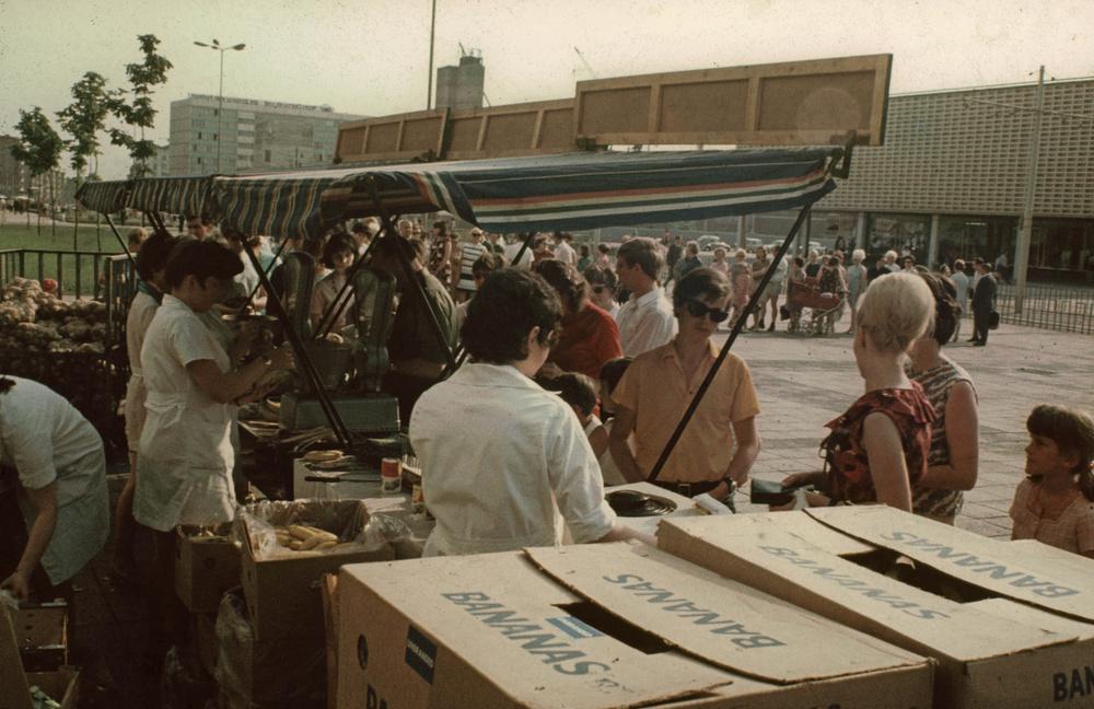 1971. Magdeburg. Sorbanállás banánért. 2.jpg