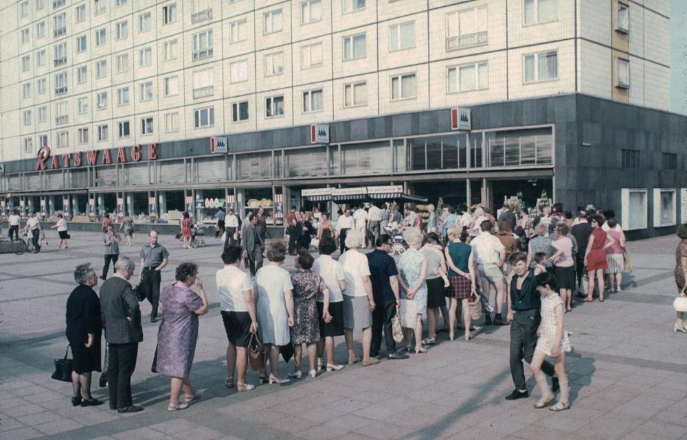 1971. Magdeburg. Sorbanállás banánért. 3.jpg