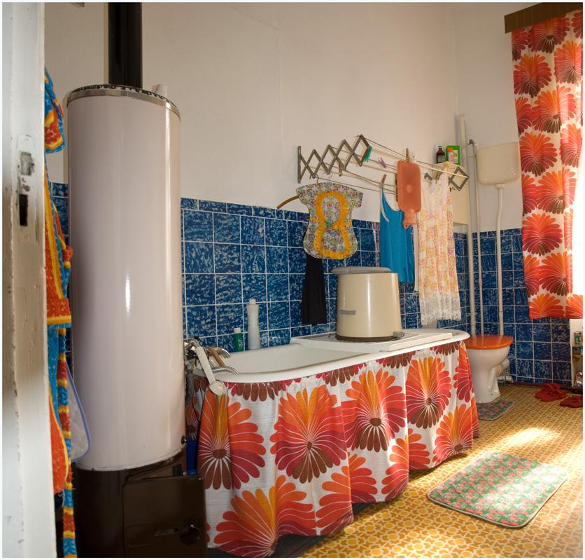 1972. Átlagos NDK füdőszoba, fatüzeléses bojlerral és mini centrifugával egy tipikus ún. altbau (régi építésű) lakásban..jpg