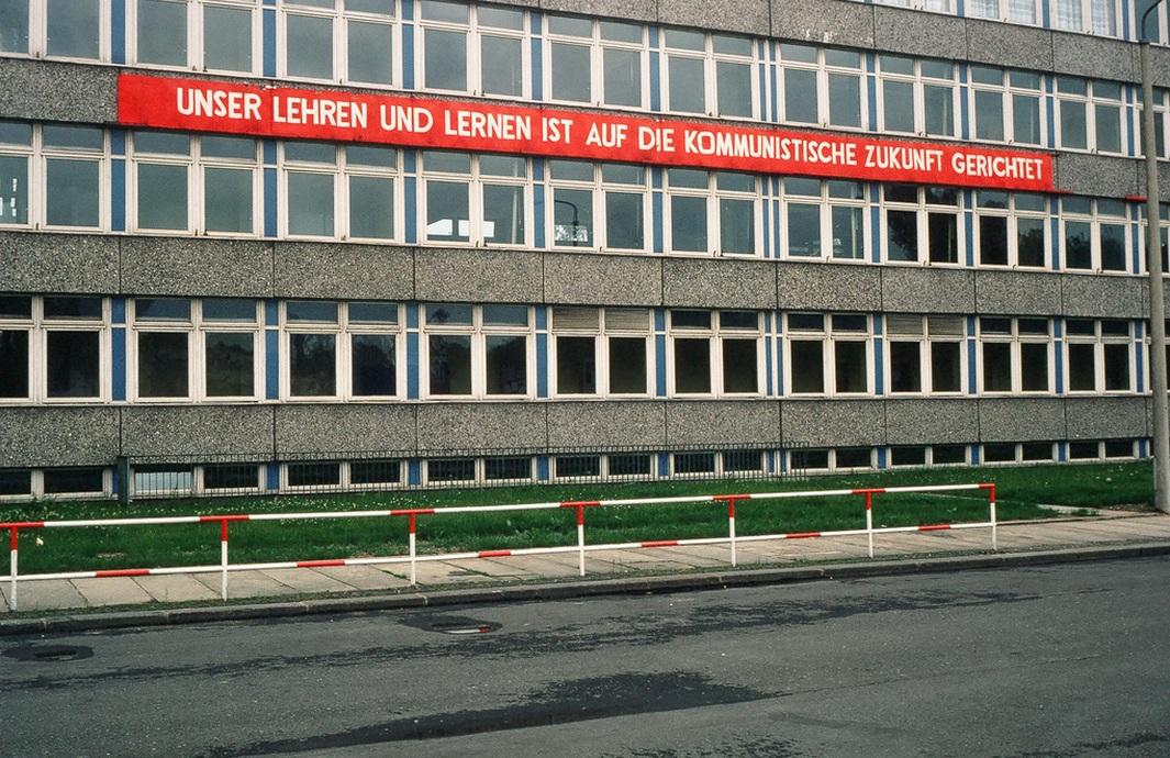 1978. Lipcsei iskola buzdító felirattal. Tanulni a kommunista jövőért..jpg