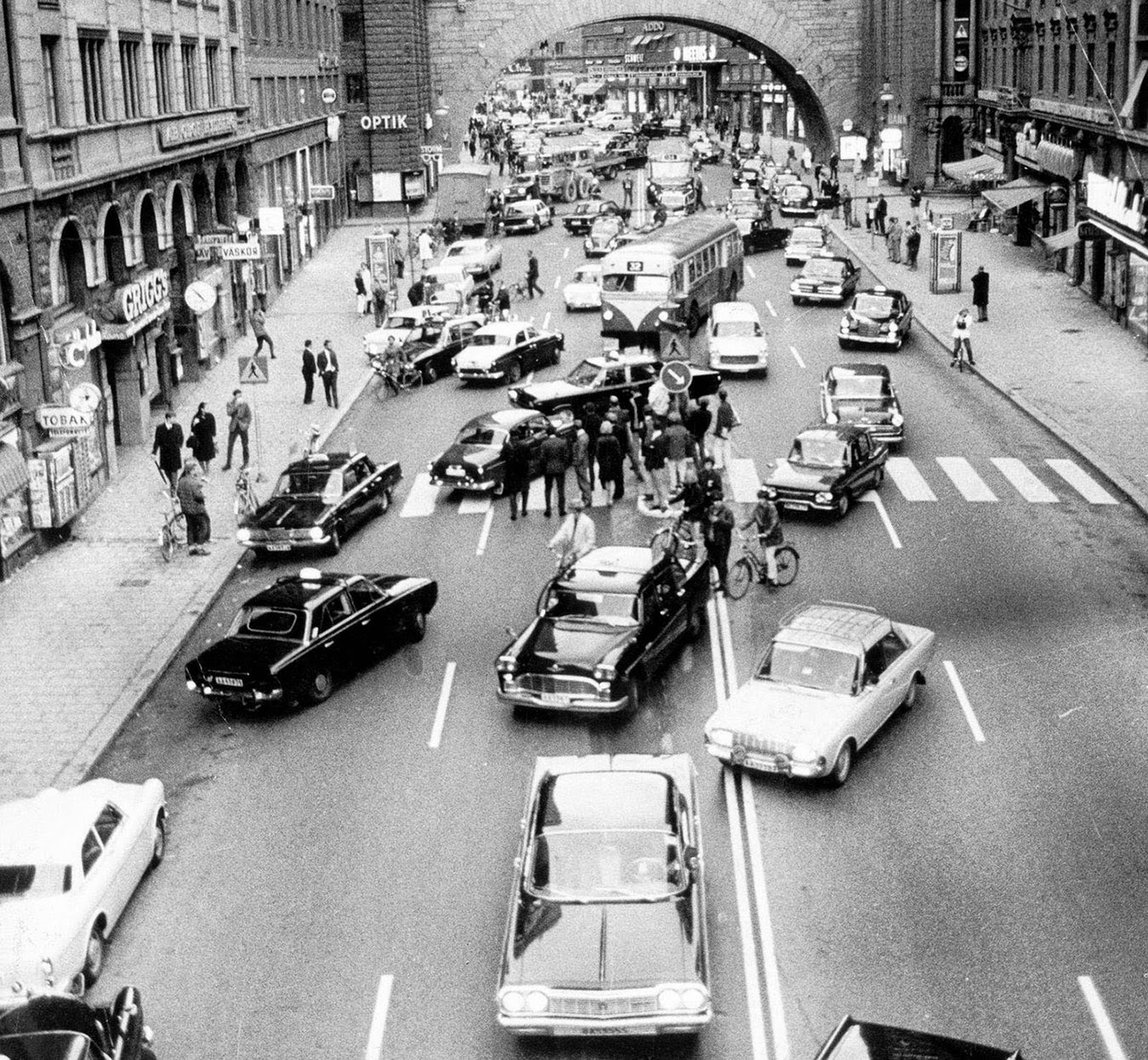 Dagen H, the day Sweden switched sides of the road, 1967 (2).jpg