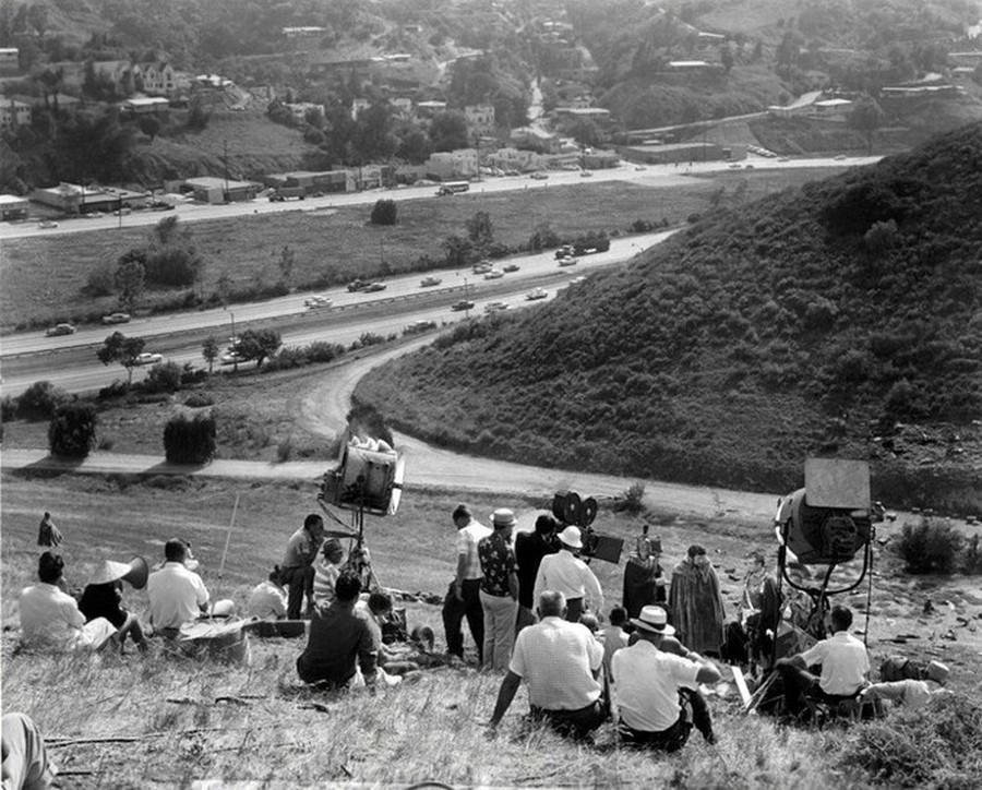 Forgatás Hollywoodban, a Cahuenga Pass-nál. A forgalom zaját az utólagos szinkron alatt tüntették el..jpg