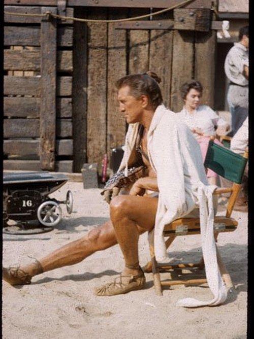 Spartacus azaz Kirk Douglas fürdőköpenyben..jpg