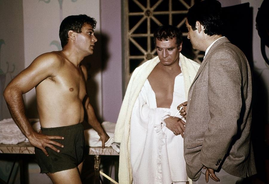 Tony Curtis, Laurence Olivier és a rendező Stanley Kubrick beszélnek egy jelenet előtt..jpg