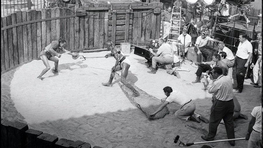 Woody Strode alakította az etióp gladiátort aki Kird Douglas ellenfele volt a jelenetben. A Rendező Stanley Kubrick (keresztbetett lábakkal) figyeli..jpg