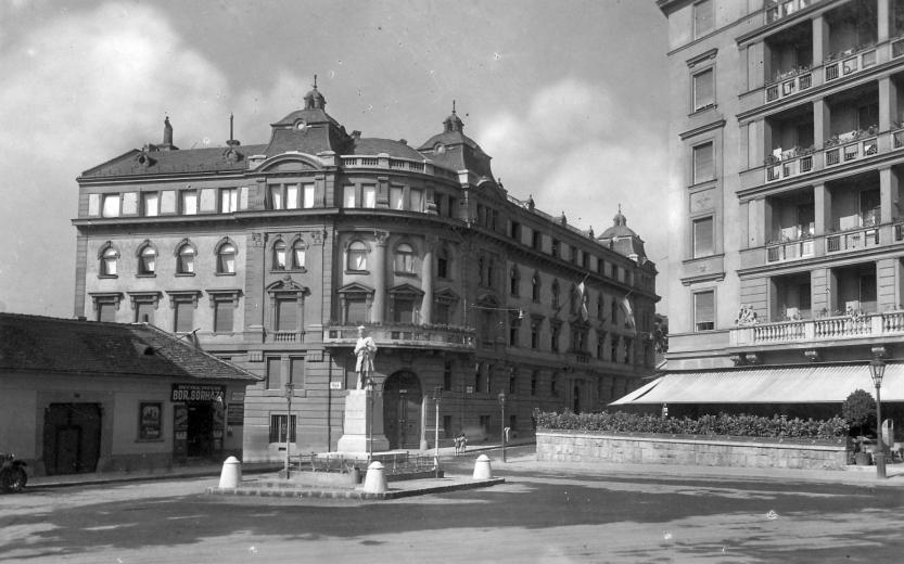 21. Keleti K. u. - Fényes Elek u. sarok 1930 Nepomuki 40-es évek végén eltűnt.jpg
