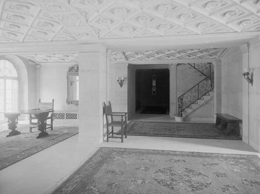 1915. Broadway between 89th and 90th Streets. Astor Court, entrance hallway. 1915.jpg