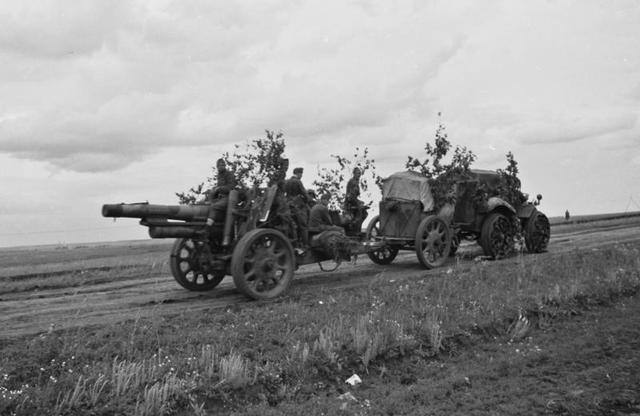1940_Magyar Királyi Honvédség) 28M Pavesi tüzérségi vontatója és vontatmánya egy 15 cm-es 31M gépvontatású közepes tarack.jpg