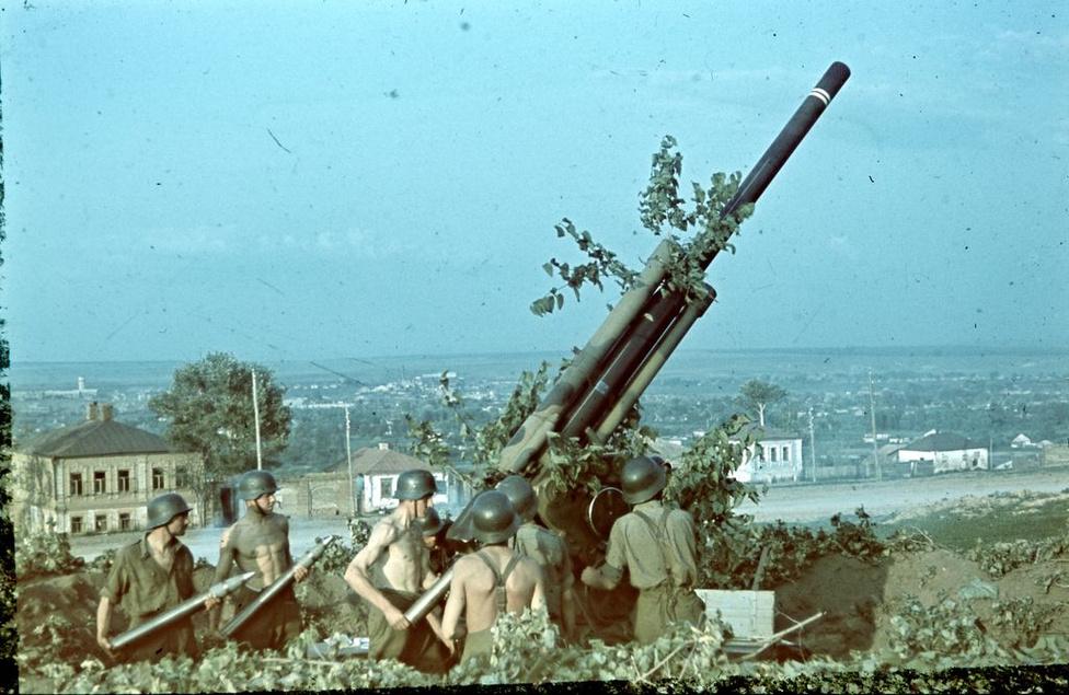 1942_29M Bofors 80mm-es légvédelmi ágyú tüzelőállásban..jpg