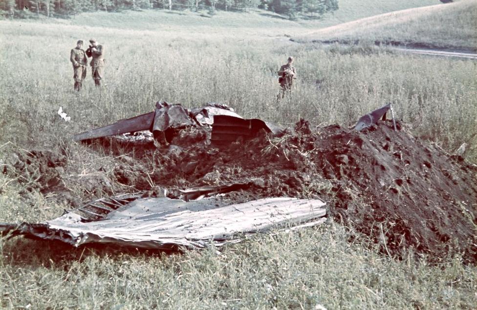 1942_Horthy Miklós fiának lelőtt repülője. Konok az elsőként készített felvételt a szerencsétlenségről. Horthy István felderítőgépeket kísért Scsucsjéhez, amikor lezuhant.jpg