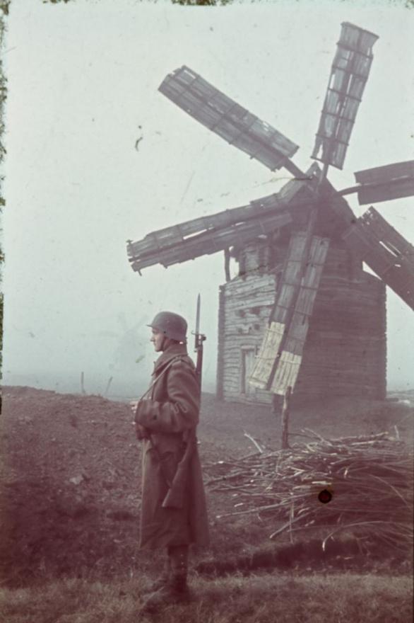 1942_katona és szélmalom. Az orosz és ukrán partizánok a malmok lapátjainak forgatásával jeleztek egymásnak.jpg