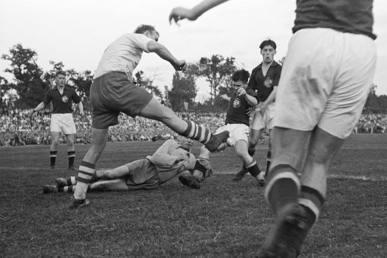 1949_Debrecen, Nagyerdei Stadion, Magyarország - Lengyelország 8_2 labdarúgó mérkőzés. Puskás és Czibor harcol a védőkkel.jpg