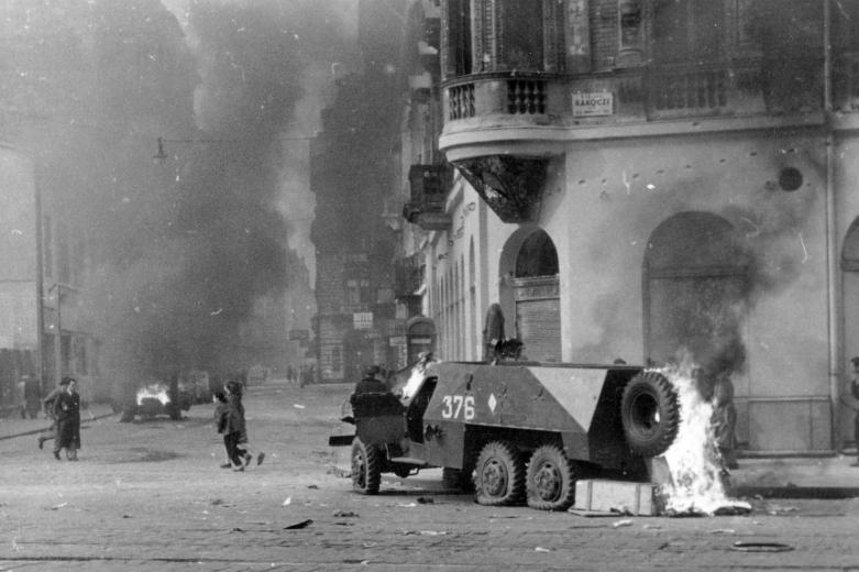 1956_ Kiégett szovjet BTR-152 páncélozott lövészszállító jármű.jpg