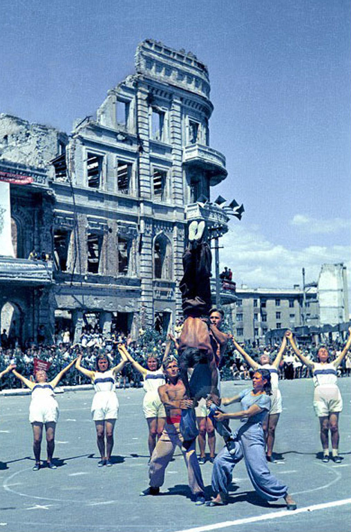 Color photographs of athletic parades in Stalingrad in May 1945 (4)_cr.jpg