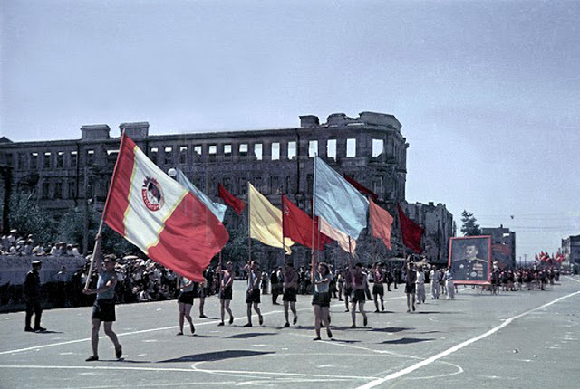 Color photographs of athletic parades in Stalingrad in May 1945 (5).jpg