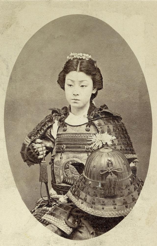 1885 körül. Egy onna-bugeisha, japán harcosnő a feudális Japánból..jpg