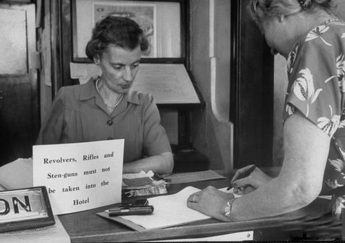 1950. A kenyai felkelés alatt a tábla szövege. Pisztolyt, puskát, gépfegyvert a szállodába hozni tilos!.jpg