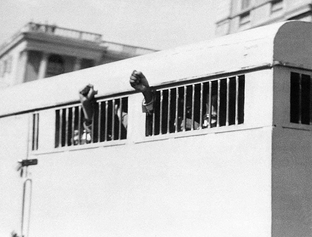 1964. Nelson Mandela az öklét tartja ki a rabomobilból, miután életfogytiglanra ítélték..jpg