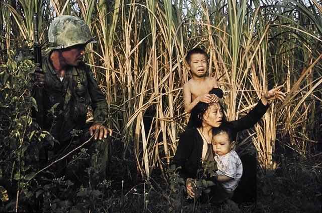 1966. Vietnam. Halálra rémült falusiak egy dél-koreai katonával..jpg