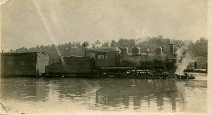 1916_lokomotiv_a_vizben_a_tennessei-beli_french_broad_river_aradasa_idejen.png