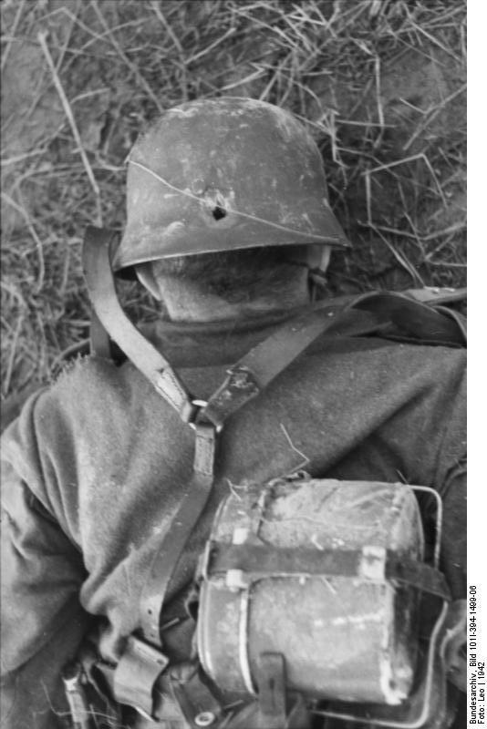 1942_halott_nemet_katona_sisakjan_a_golyo_utotte_lyukkal_a_barbarossa_hadmuvelet_idejen.jpg