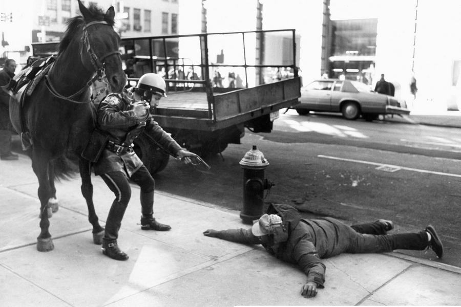 1988_new_york-i_lovasrendor_tartoztat_fel_egy_rablot.jpg