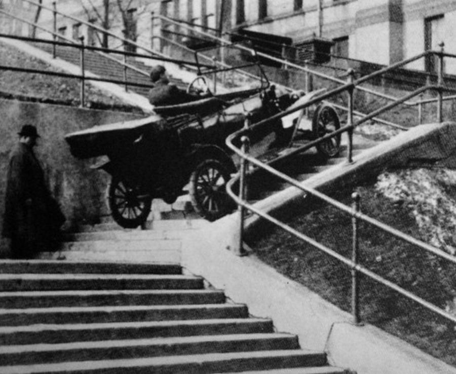 1910-es_evek_duluth_minnesota_egy_t-modell_gazdaja_fogadott_hogy_kocsija_felmegy_a_lepcsokon_megnyerte.jpg