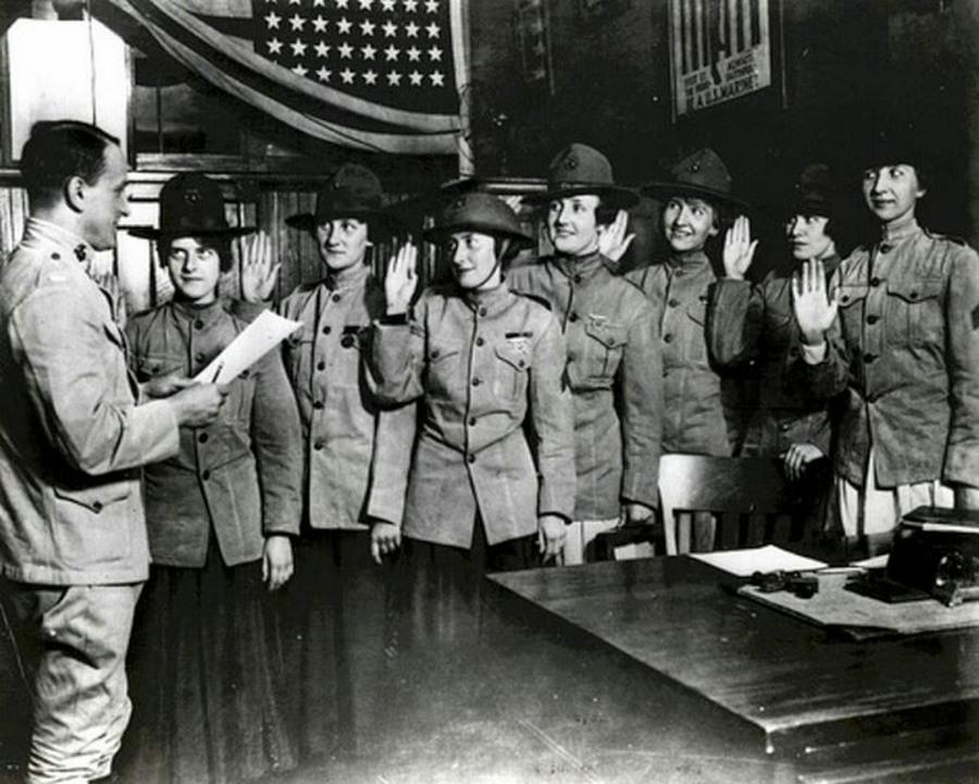 1918_az_elso_noi_katonak_eskusznek_fel_az_amerikai_tengereszgyalogsaghoz.jpg