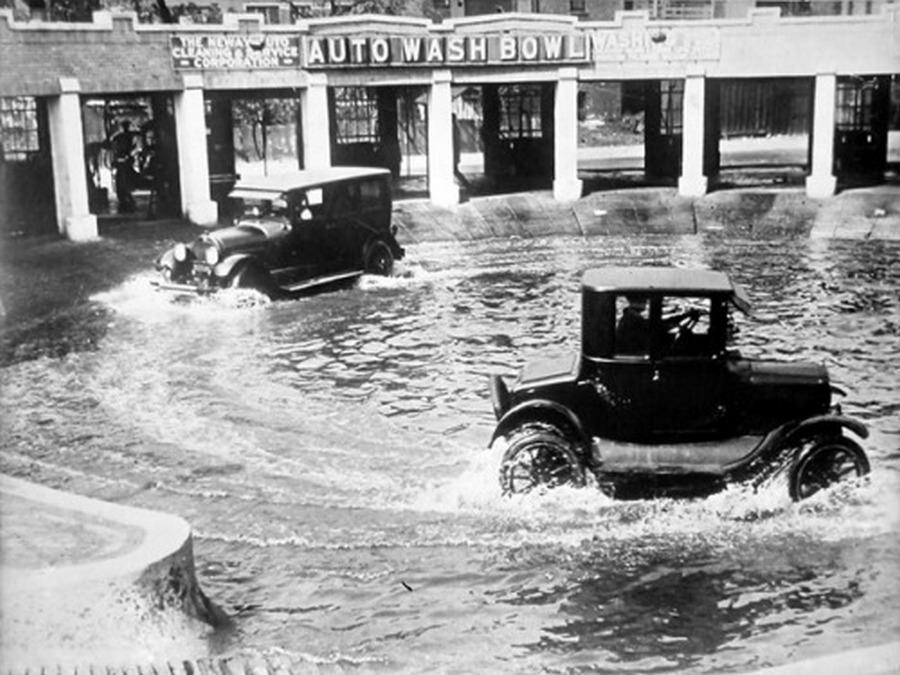 1924_egy_specialis_chicagoi_automoso_a_burkolatlan_utak_magas_aranya_miatt_a_saros_alvaz_mosasanak_ezt_a_modjat_gondoltak_a_legjobbnak.jpg