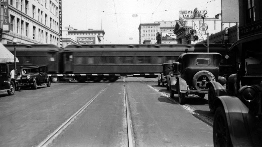 1928_a_santa_fe_railway_szerelvenye_keresztezi_a_colorado_street-et_pasadenaban_mara_mar_megszunt_ez_a_vasuti_keresztezodes.jpg