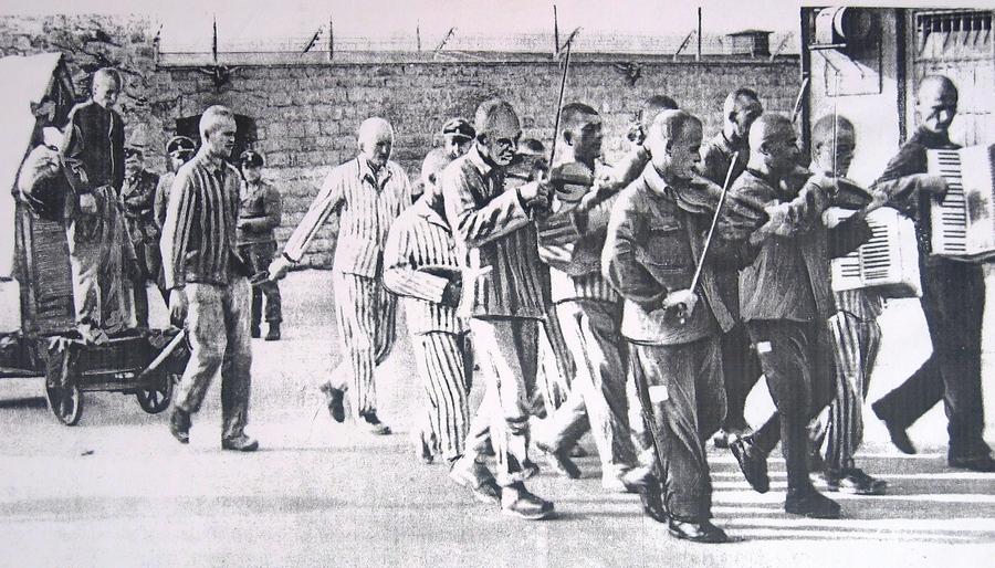 1942_a_szokott_es_elfogott_osztrak_hans_bonarewitz_kivegzesi_menete_mauthausenben_a_foglyok_altal_keszitett_kis_fahazban_bujt_el_amit_teherauto_szallitott_ki_a_taborbol_elfogasa_utan_az_alakuloteren_egy_hetig.jpg