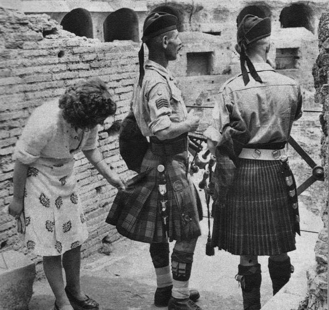 1944_olasz_holgy_csodalja_ket_skot_katona_szoknyajat.jpg