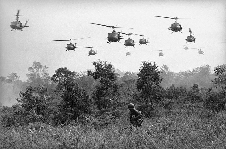 1965_amerikai_helikopterek_kozelednek_egy_vietkong_taborhoz_tay_ninh-tol_18_merfoldre_eszakra_a_kambodzsai_hatar_kozeleben.jpg
