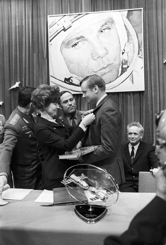 1970_valentyina_tyereskova_az_elso_no_a_vilagurben_es_neil_armstrong_elso_ember_a_holdon_talalkozasa_moszkvaban.jpg