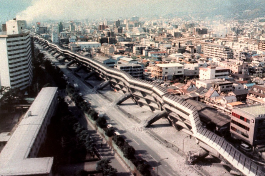 1995_a_kobei_japan_foldrengesben_ledolt_emelt_palyaju_ut.jpg