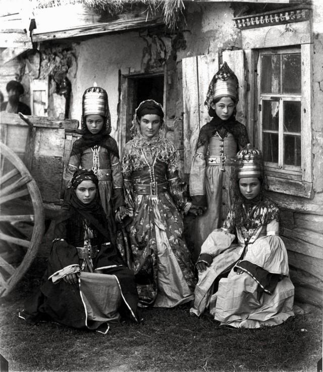 1890_abazinkai_nok_a_szocsi-kozeli_telepulesen_elok_sajatos_nepviseletukben_dimitrij_i_jermakov_fotoja.jpg